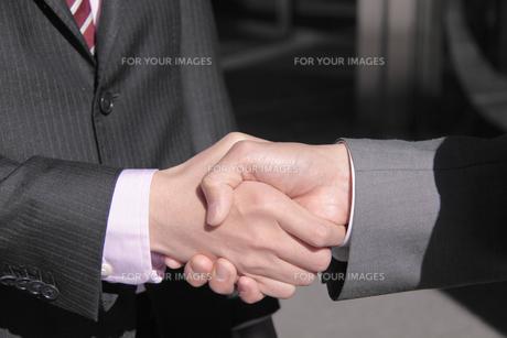 握手するビジネスマンの手の素材 [FYI00118217]