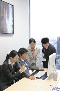 上司のもとに集まる若い社員たちの素材 [FYI00118218]
