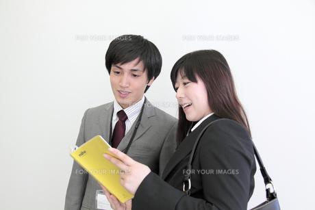 上司と打合せをする若い女性社員の写真素材 [FYI00118221]