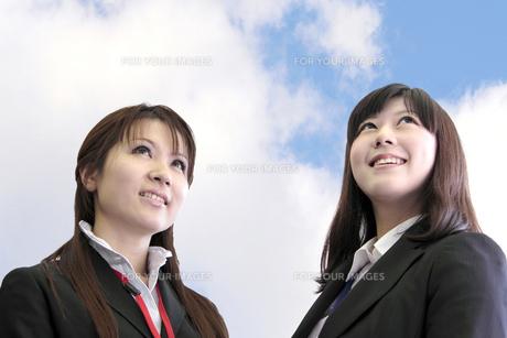 上を見上げる若いビジネスウーマンたちの素材 [FYI00118224]
