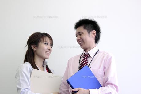 笑顔で話す若い社員たちの写真素材 [FYI00118225]