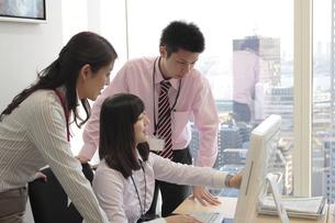 オフィスで働くビジネスマンたちの素材 [FYI00118226]