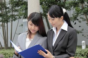 屋外でミーティングをする若い女性社員の素材 [FYI00118228]