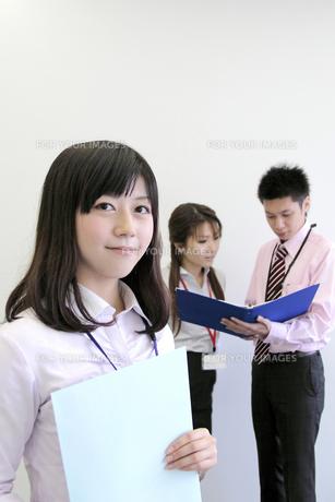 封筒をもってほほえむ若い女性社員の写真素材 [FYI00118229]