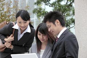 屋外で打合せをする若いビジネスマンたちの素材 [FYI00118231]