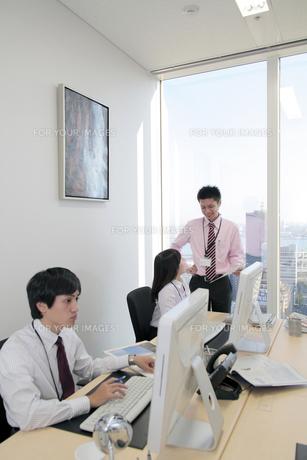 オフィス 笑顔で話す若い社員たちの素材 [FYI00118234]