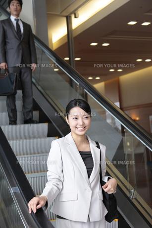 エスカレーター上の若い女性社員の写真素材 [FYI00118241]