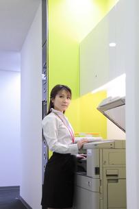 コピーを撮る女性社員の素材 [FYI00118243]