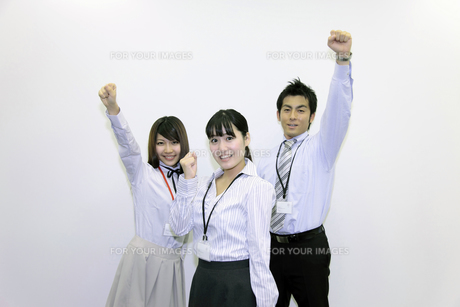 ガッツポーズをする若い会社員たちの素材 [FYI00118244]