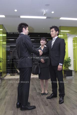 オフィス 握手をするビジネスマンの素材 [FYI00118245]