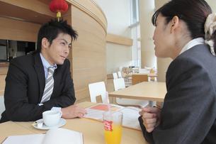 カフェで休憩する上司と部下の素材 [FYI00118247]