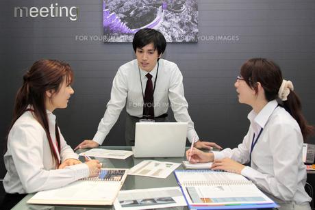 ミーティングをする若い会社員たちの素材 [FYI00118248]
