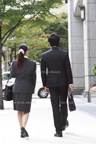 後ろ姿のビジネスマンたちの素材 [FYI00118254]