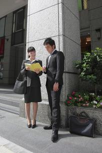 オフィス街で打合せをする若いビジネスマンたちの素材 [FYI00118258]