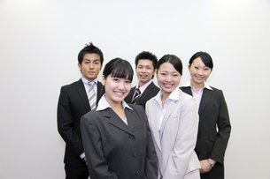 ビジネス 笑顔の若いビジネスチームの素材 [FYI00118260]