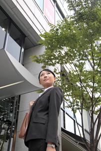 オフィス街の若いビジネスウーマンの素材 [FYI00118264]