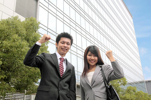 笑顔でガッツポーズをする若い男性と女性の素材 [FYI00118265]