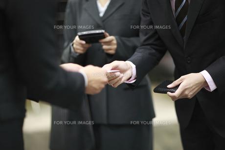 ビジネスパーツ 名刺交換をするビジネスマンの素材 [FYI00118266]