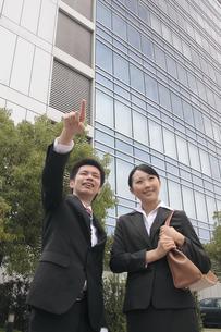 笑顔で指を指す若いビジネスマンたちの素材 [FYI00118272]