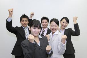 ビジネス ガッツポーズをする若いチームの素材 [FYI00118277]