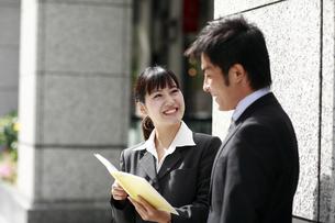 笑顔で話す若いビジネスマンと女性の素材 [FYI00118278]