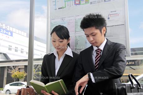 バスを待つ若いビジネスマンたちの写真素材 [FYI00118288]
