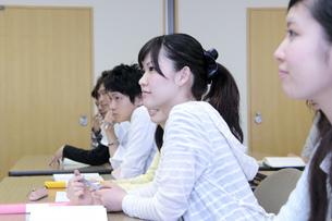 真剣に授業を受ける女子大生の写真素材 [FYI00118294]