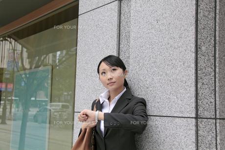 時間を気にする若いビジネスウーマンの素材 [FYI00118302]