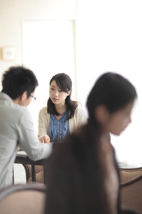 キャンパスシーン 昼休みの学生たちの素材 [FYI00118341]