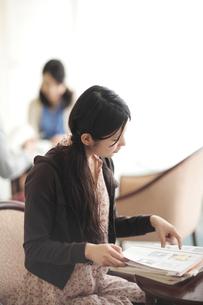教科書を見る女子学生の写真素材 [FYI00118351]