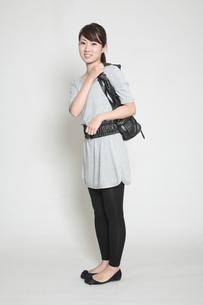 鞄を肩にかける女性の写真素材 [FYI00118384]