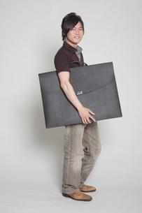 大きいかばんを抱える男性の写真素材 [FYI00118406]