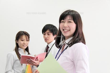オフィス 笑顔のビジネスウーマンの素材 [FYI00118411]