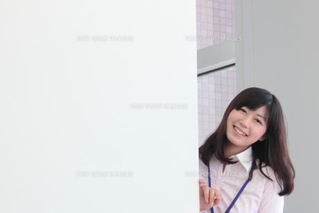 オフィス 微笑むビジネスウーマンの素材 [FYI00118413]