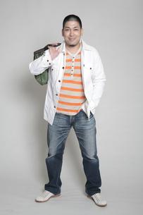 鞄を肩にかける男性の写真素材 [FYI00118414]