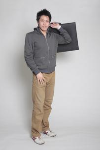 大きいかばんを持つ男性の写真素材 [FYI00118421]