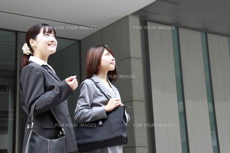 ビジネス 見上げるビジネスウーマンの素材 [FYI00118426]