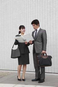 ビジネス ファイルを見つめる2人の素材 [FYI00118428]