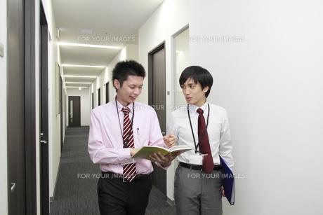 オフィス 手帳を手に話しをするビジネスマンの素材 [FYI00118430]