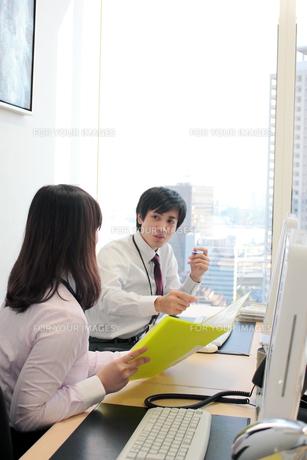 オフィス 話し合いをする男女の素材 [FYI00118432]