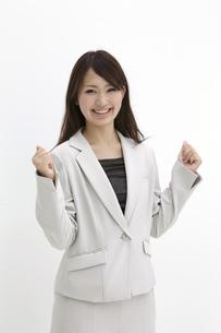 両手でガッツポーズをするビジネスウーマンの素材 [FYI00118433]