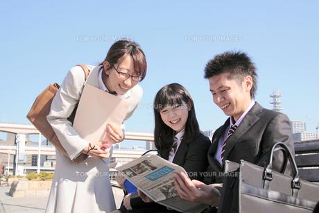 ビジネス 新聞を見る男女の素材 [FYI00118436]