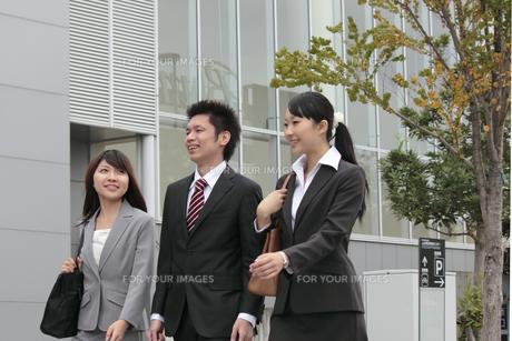 ビジネス オフィス街を歩く男女の素材 [FYI00118440]