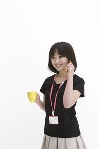 休憩中に電話をするビジネスウーマンの写真素材 [FYI00118446]