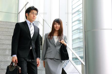 ビジネス 階段を降りる男女の写真素材 [FYI00118447]
