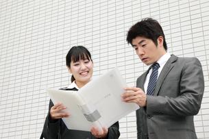 ビジネス ファイルを見つめる男女の素材 [FYI00118450]