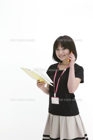 手帳を開き電話をするビジネスウーマンの写真素材 [FYI00118452]