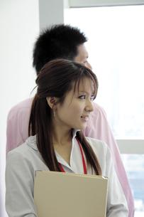 オフィス 背中合わせの男女の写真素材 [FYI00118454]
