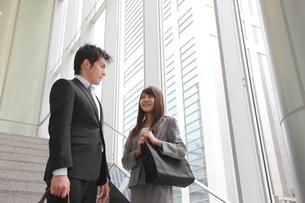 ビジネス 階段にいる男女の素材 [FYI00118458]