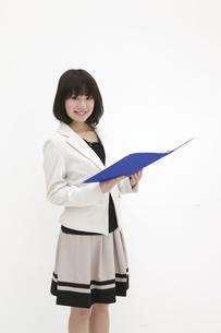 青いファイルを開くビジネスウーマンの素材 [FYI00118460]